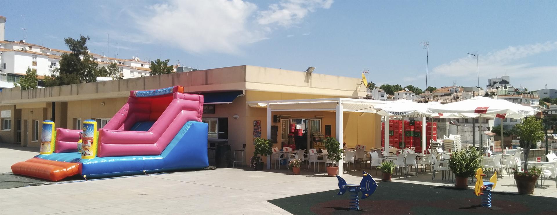 Castillo hinchable instalado en el bar Carola de Benalmádena