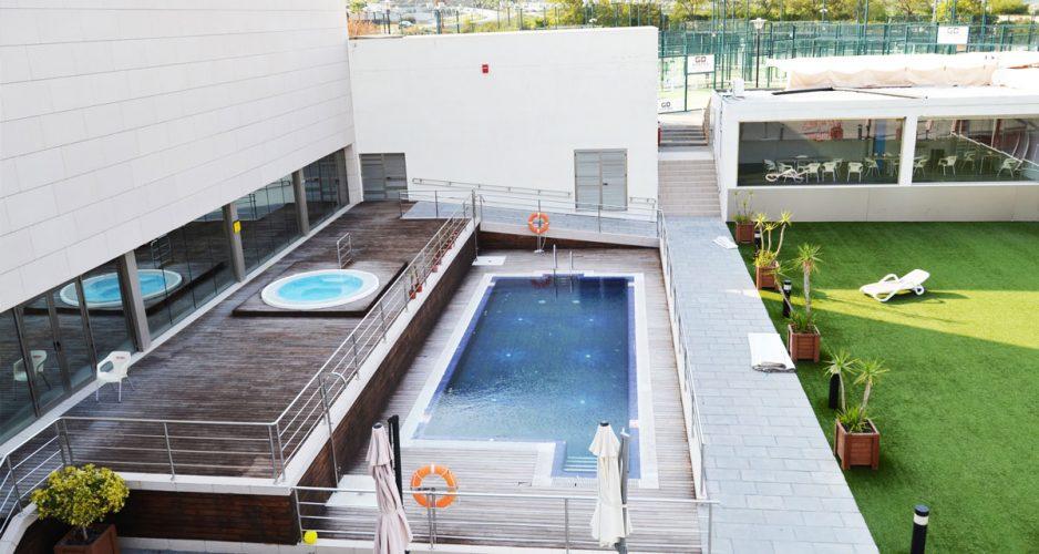 Piscina exterior y jacuzzi en Belife Wellness Center