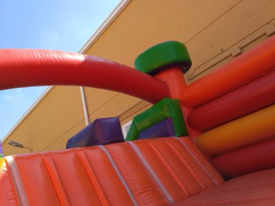 Castillo inflable con acceso a tobogan doble