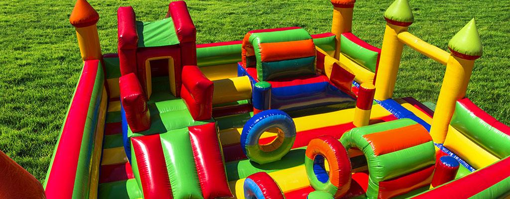 Castillo hinchable multicolor con onstáculos inflables en el interior