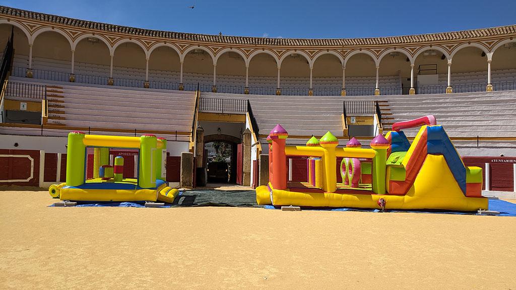 Castillo y pista americana hinchable en la arena de la plaza de toros de Antequera
