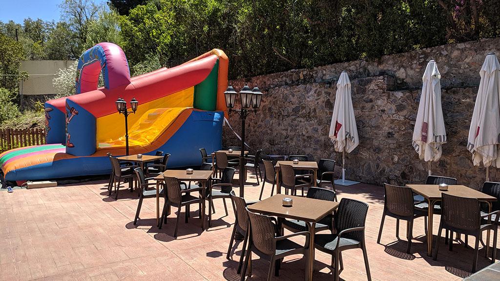 Globo hinchable instalado en la terraza del restaurante de Churriana
