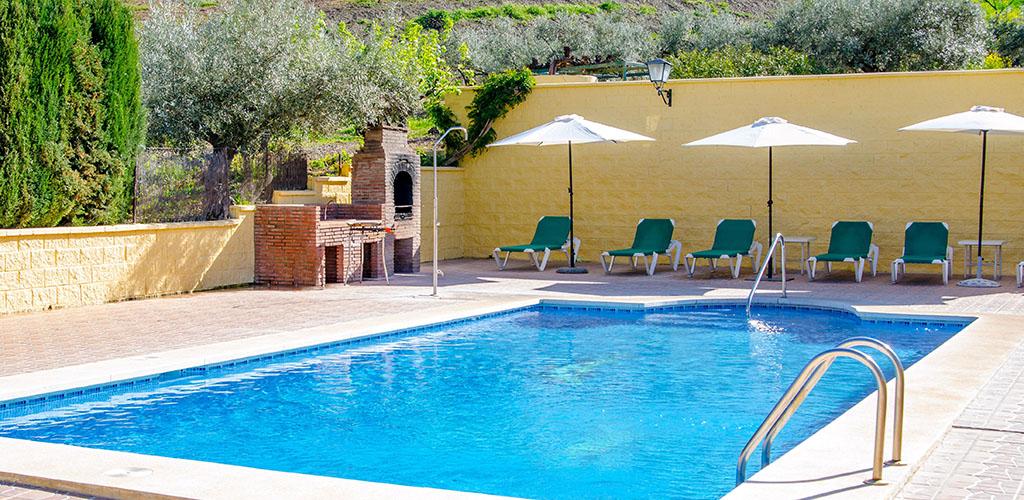Barbacoa junto a la piscina de la casa rural Las Dehesas