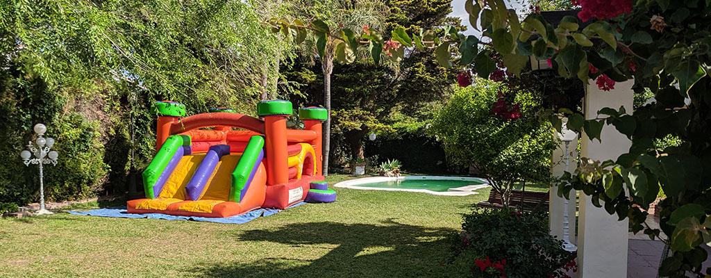 Castillo hinchable junto a la piscina del jardín