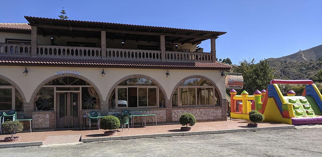 Fachada principal de la venta Las Pitas