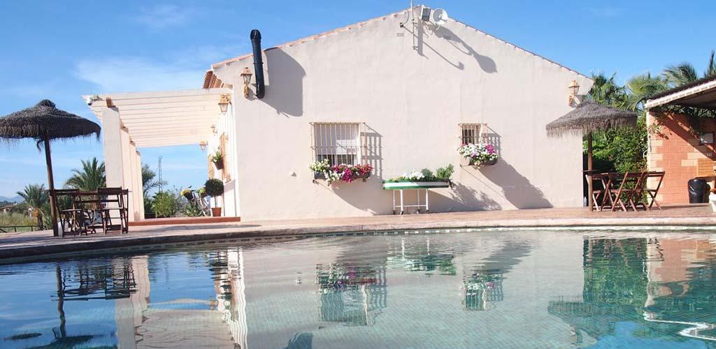 Exterior y piscina de casa rural La Colmenilla