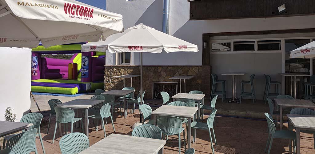 Castillo hinchable con rampa junto a la terraza del restaurante de Alcalá la Real en Jaén